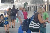 Někteří cestující čekali na klatovském nádraží i několik hodin na odjezd vlaku.