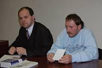 Kamil H., který je obviněn ze zneužití své 11leté neteře, se svým advokátem Rostislavem Netrvalem (vlevo).