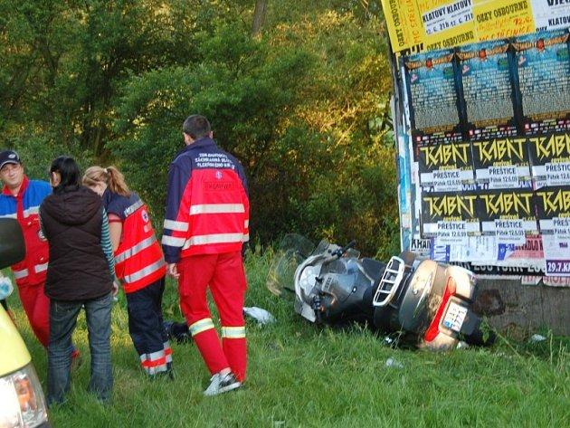 Dopravní nehoda motorkáře u Švihova. Zasahovat musel vrtulník.