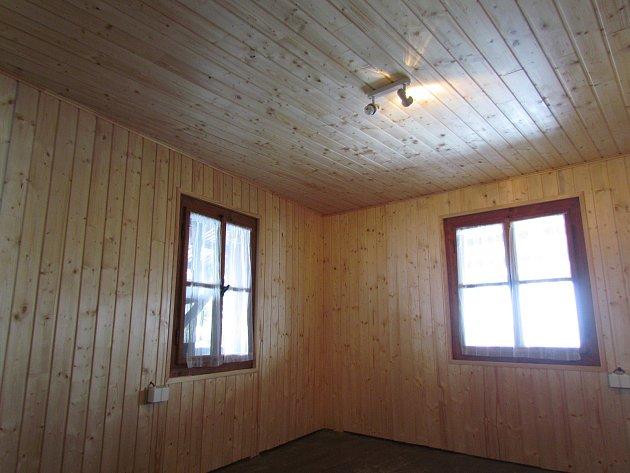 4 – Udělali jsme rekonstrukci interiérů západní bašty, jež slouží jako zázemí pro naše sezonní pracovníky. Obnova spočívala vumístění tepelná izolace, dřevěných obkladů a nové elektroinstalace. Pustili jsme se do nátěrů vnějšího pláště. Důležitou stavbou