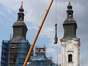 Z kostela v Klatovech odřízli třímetrovou sochu
