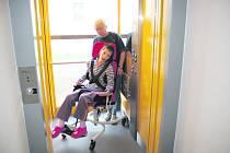 Adélka Nováková s paní učitelkou v novém výtahu
