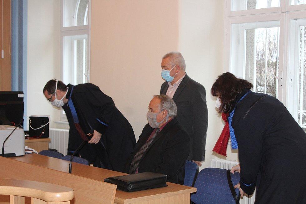 Josef Kučera a Jiří Veselý (vpravo s kravatou) u klatovského soudu.