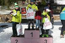 Nejlepší mladí lyžaři převzali ceny na stupních vítězů.