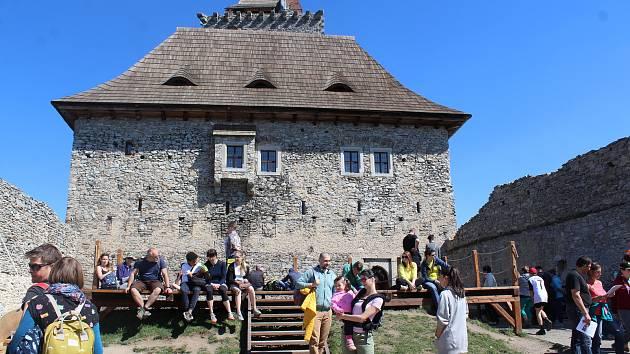 Slunečné počasí přilákalo o velikonočním víkendu na hrad Kašperk velké množství návštěvníků.