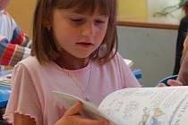 Petruška Hanigerová z Dolan šla v pondělí poprvé do školy.