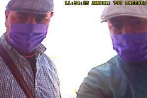 Kamerové záznamy podezřelých při výběru z bankomatů.