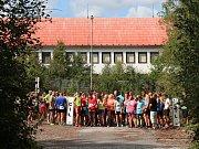 Na startu sobotního Běhu na Klenovou se tlačilo několik závodníků a závodnic.