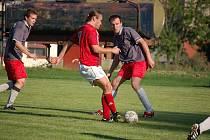 Derby ve Švihově vyhráli hosté z Nýrska (červené dresy) gólem v nastavení