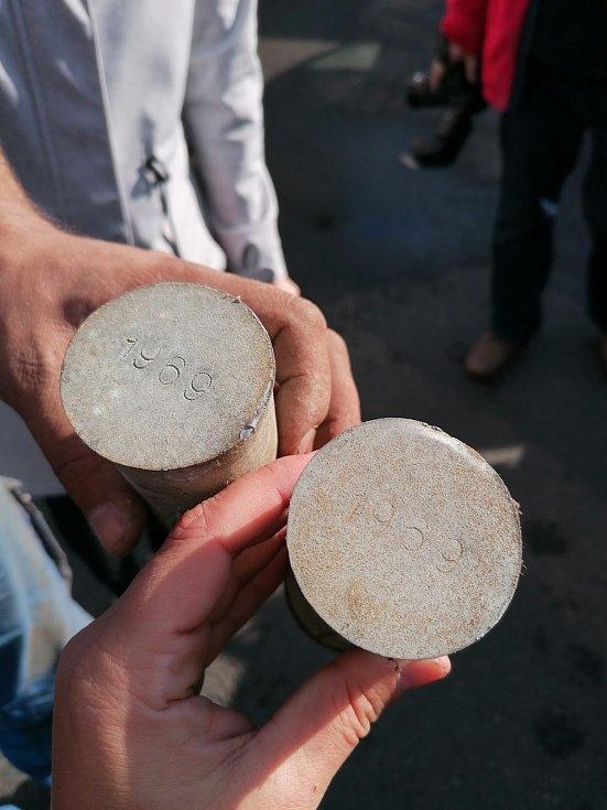 Sundávání věžičky z městského úřadu v Nýrsku a nalezené schránky.