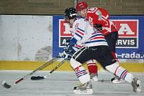 Hokejisté Malé Vísky (v červených dresech) hostili na zimním stadionu v Klatovech HC Horažďovice.