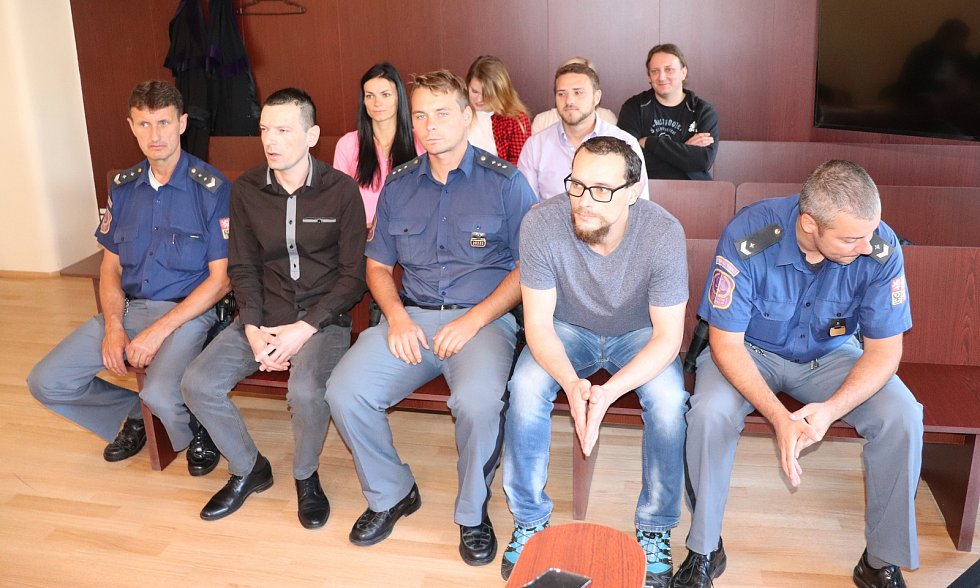 Jiří Danec (39) ze Sušice, Jiří Kadečka (37) z Plzně (oba s eskortou), Václav Chaloupek (28) z Plzně a Lucie Kajanová (28) z Pňovan, obžalovaní z výroby drog, u klatovského soudu.