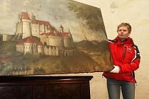 Restaurátorka Renáta Hronová při přebírání obrazu hradu Rabí na Švihově na začátku letošního roku.