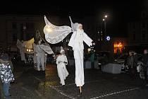 Andělé na chůdách na klatovském náměstí.