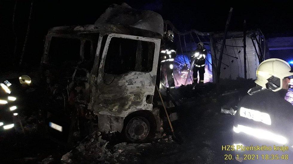 Požár nákladního vozu u Číhaně.
