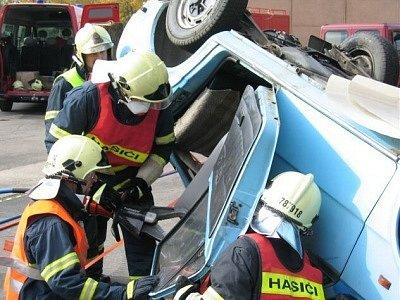 Sušičtí hasiči při vyprošťování během memoriálu.