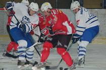 Klatovští hokejisté (červené dresy) porazili Kolín 5:1