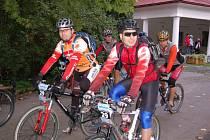 Pokořit nejvyšší horu Šumavy se z klatovského městského parku v sobotu ráno vydalo devětačtyřicet dvojic bikerů.