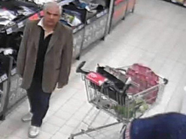 Muž ukradl ženě zvozíku peněženku.