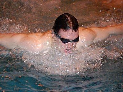 Klatovský plavec Lukáš Lindner si na republikovém šampionátu v pardubických vodách na padesátce volným způsobem  časem 25,50 vteřin vyplaval v těžké konkurenci našich nejlepších borců velmi  pěkné sedmnácté místo.
