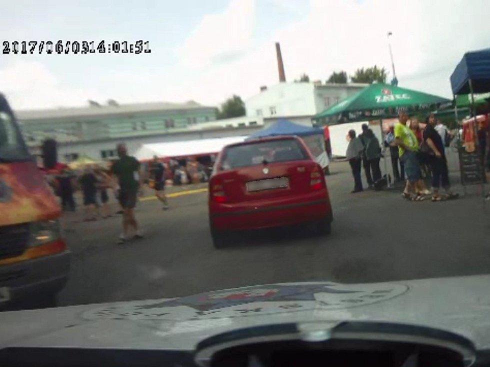 Dramatická honička v Klatovech: Řidič ujížděl i přes pivní slavnosti, ohrozil řadu lidí