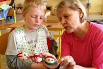 Na velikonoční svátky se připravovali i v zavlekovské základní škole. Malování kraslic si s pomocí učitelky Evy Rohrbachrové vyzkoušel také Pavel Plas (na snímku).