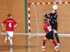 Při turnaji starších fotbalových přípravek ve sportovní hale v Čapkově ulici v Klatovech o co nejlepší umístění bojovalo celkem osm družstev.