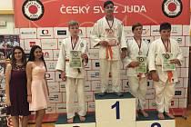 Judista Jan Nováček (s diplomem vlevo) vybojoval na republikovém šampionátu mladších žáků stříbrnou medaili.