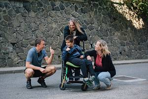 Petr Sýkora s rodinou, které pomáhají dobří andělé.