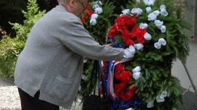 Osudy 73 občanů popravených v červnu 1942 nacisty ve Spáleném lese v Lubech u Klatov si připomněli včera účastníci pietní vzpomínky.