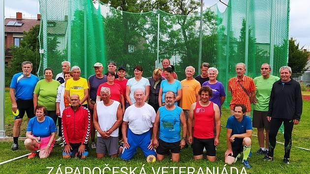 Společný snímek účastníků veteraniády.