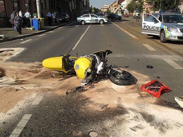 Smrtí motorkáře skončila nedělní srážka motorky s autobusem na Klatovské třídě