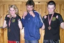 Fighteři CHB Gym Klatovy Tereza Martínková a Václav Pytel vybojovali třetí místa na mezinárodním klání v Rakousku. Na snímku jsou s koučem Romanem Brandnerem.