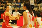 Úvodní zápas skupiny B mezi Běloruskem (v bílém) a Maďarskem (hráčky v červených dresech). Basketbalistky Maďarska vyhrály přesvědčivě 82:50.