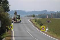 Silnice mezi Nalžovskými Horami a Hradešicemi.