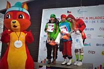 Nicole Zemanová na stupních vítězů po svém vítězství ve slalomu na letošní Celostátní zimní olympiádě dětí a mládeže. Vlevo od ní je Jitka Kovářová (Královéhradecký kraj), vpravo zase Laura Šišková (Hlavní město Praha).