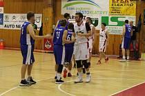 MUŽI BK KLATOVY (na archivním snímku hráči v bílých dresech) oba zápasy proti krajskému rivalovi z Domažlic prohráli a Vánoce stráví na předposledním místě tabulky.