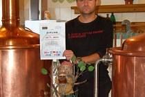František Strnad ml. s diplomem za první místo železnorudské tmavé třináctky v mezinárodní degustaci.