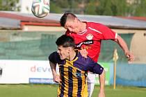 Fotbalisté Klatov (v červeném) doma Douvravku zdolali jasně 4:1.