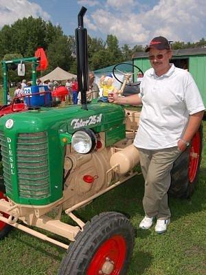 Vladimír Hofman z Píchu u Hlavňovic se do Mlázov přijel pochlubit se svým traktorem Zetor 25 A, který před několika dny vyjel z jeho garáže.