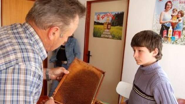 Soutěže malých včelařů v Chudenicích se v sobotu zúčastnil i Václav Blažek z Kladrub, zkoušejícím je Bohumír Kopecký z klatovského včelařského svazu.