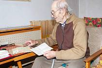 František Vavrečka ukazuje své válečné dokumenty