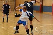 Klatovská Zimní amatérská liga mužů: Tučňáci - Lorenc (v bílém) 3:3.
