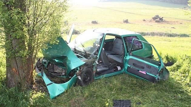 Tragický první máj. Po nárazu do stromu zahynul u Kejnic řidič