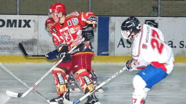 Klatovští junioři (bílé dresy) podlehli  1:9  v dalším  utkání hokejové  ligy favorizovaným hostům z Hradce Králové