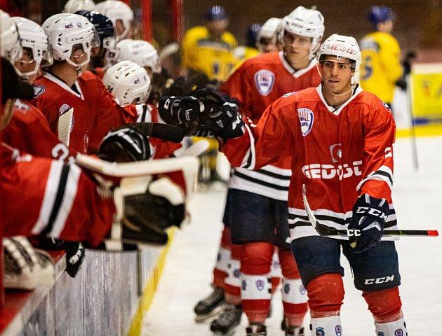 Hokejisté SHC Klatovy (na archivním snímku hráči včervených dresech) na úvod nové sezony podlehli HC Baník Příbram 4:6.