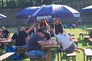 Slunce, pivo a rock. Tak vypadalo odpoledne v Klatovech na stadionu