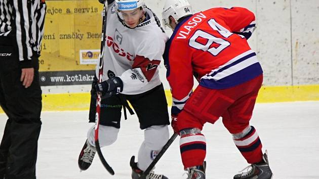 Hokejisté Klatov porazili Tábor i podruhé v sezoně. Tahounem týmu byl Roman Přikryl (v bílém).