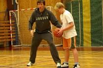 Reprezentační basketbalový trenér a jeden z nejlepších střelců historie českého basketbalu Michal Ježdík předvedl na palubovce v Klatovech  praktická ukázková cvičení zaměřená na práci nohou a stabilitu.