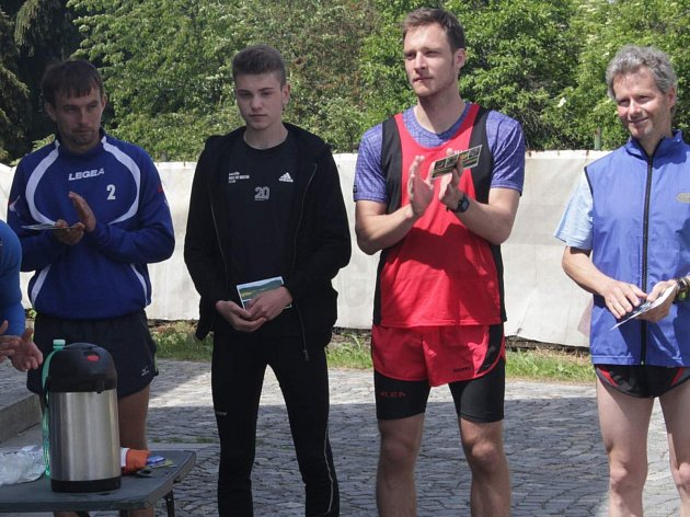 Vyhlášení výsledků Běhu na Kašperk 2018. Zleva Tomáš Dolejš, Lukáš Holeček, Jakub Jelínek a Martin Šimurda.